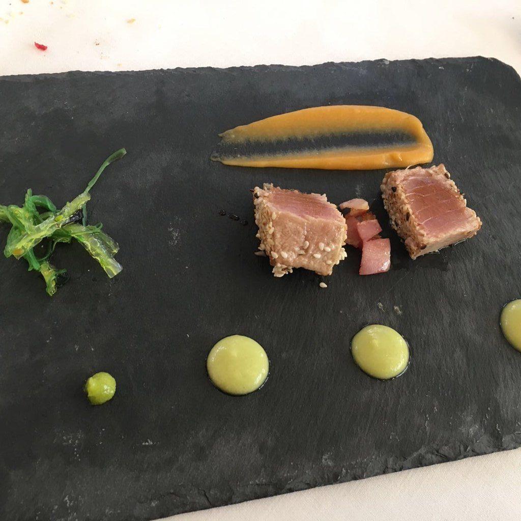 Restaurant o stea Michelin El Batan - Tramacastilla - Ton roșu premium în crustă de susan și sos guacamole-wasabi