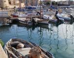 Vacanta in Sardinia - Ultimele doua barci de pe partea dreapta a pontonului sunt de inchiriat. Sunt mici dar te duc unde trebuie.