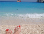 apa-golful-navagio-incredibil-albastra-plaja-pietre-mici-rotunde