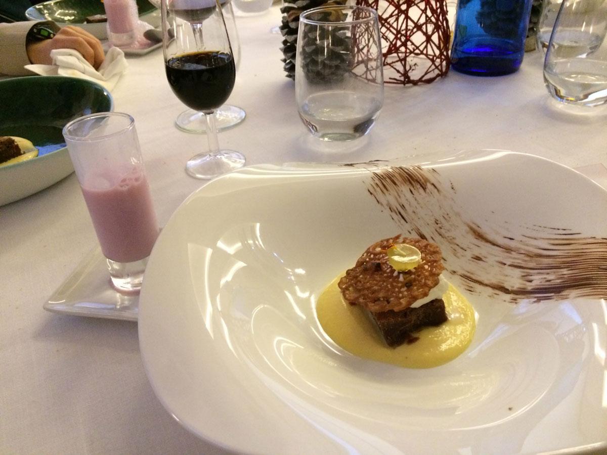 Restaurant o stea Michelin El Batan - Tramacastilla - Ciocolată și cremă de brânză înghețată în gel de ananas presărate cu cipsuri de migdale
