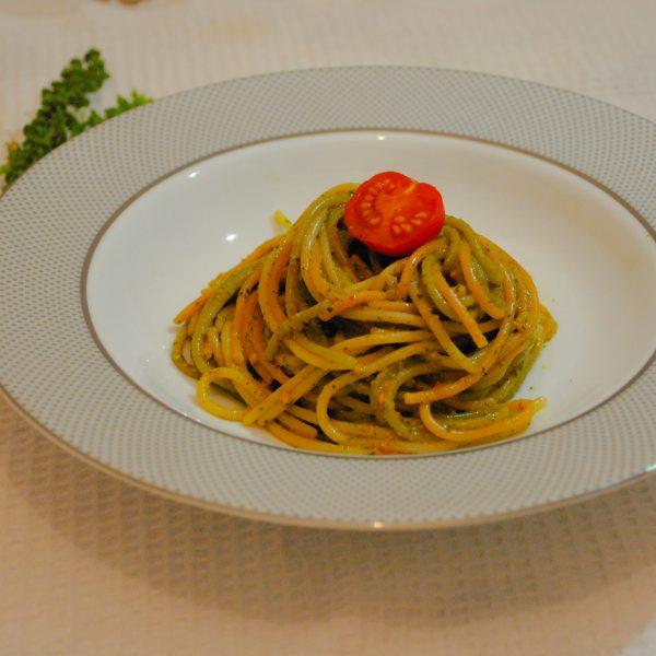 Spaghette cu sos pesto si rosii cherry
